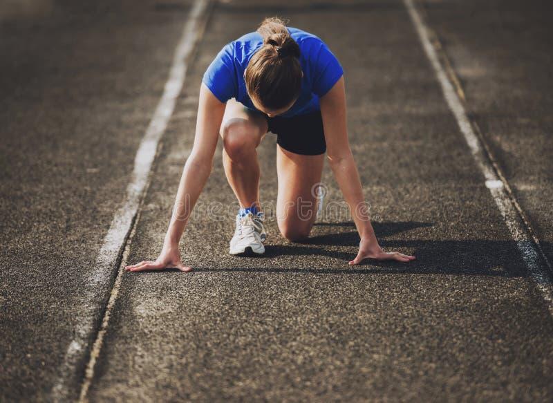 Aantrekkelijk Jong Sportief Meisje Klaar om Sprint in werking te stellen stock foto