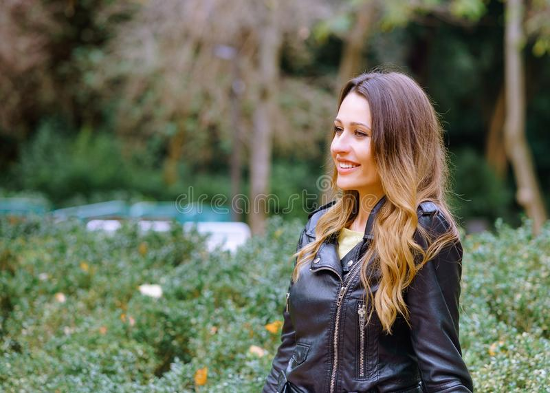 Aantrekkelijk jong wijfje die charmingly in verbazend park glimlachen stock foto's
