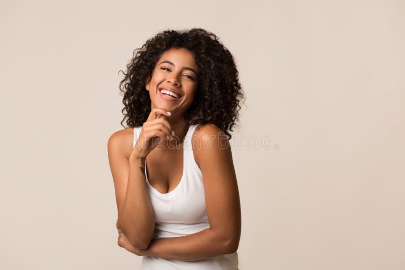 Aantrekkelijk jong zwart model tegen lichte achtergrond royalty-vrije stock foto