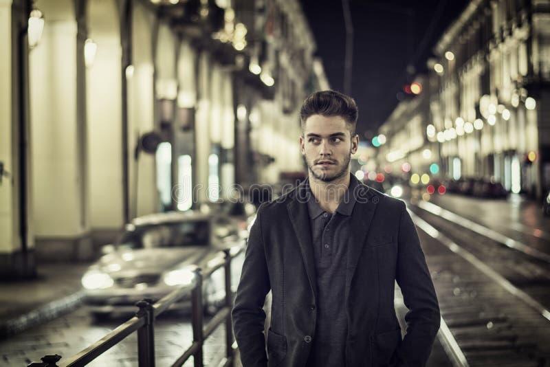 Aantrekkelijk jonge mensenportret bij nacht met stadslichten stock foto