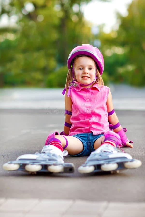 Aantrekkelijk kind in rolschaatsen royalty-vrije stock foto