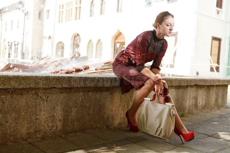 Aantrekkelijk maniermeisje in stad royalty-vrije stock fotografie