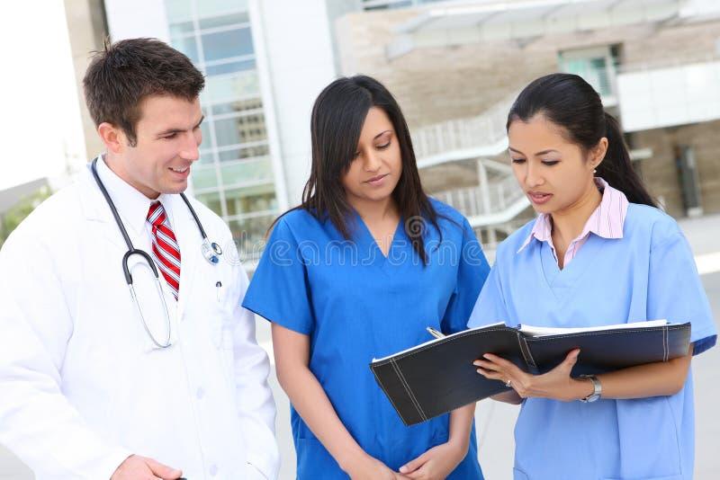 Aantrekkelijk Medisch Team stock foto's