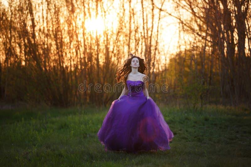 Aantrekkelijk meisje bij zonsondergang stock foto's
