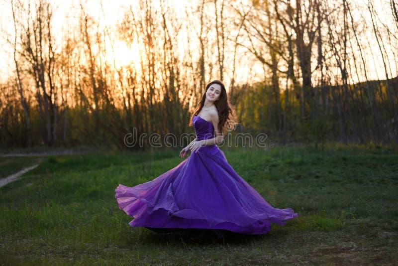 Aantrekkelijk meisje bij zonsondergang royalty-vrije stock foto