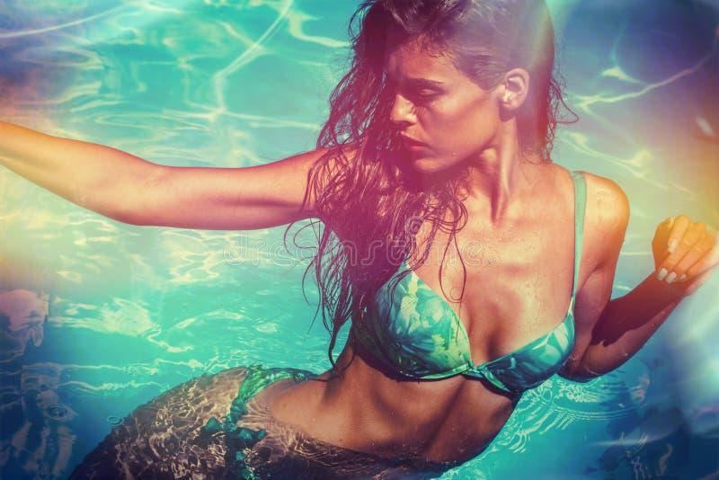 Aantrekkelijk meisje in bikini in de dag van de poolzomer royalty-vrije stock foto's