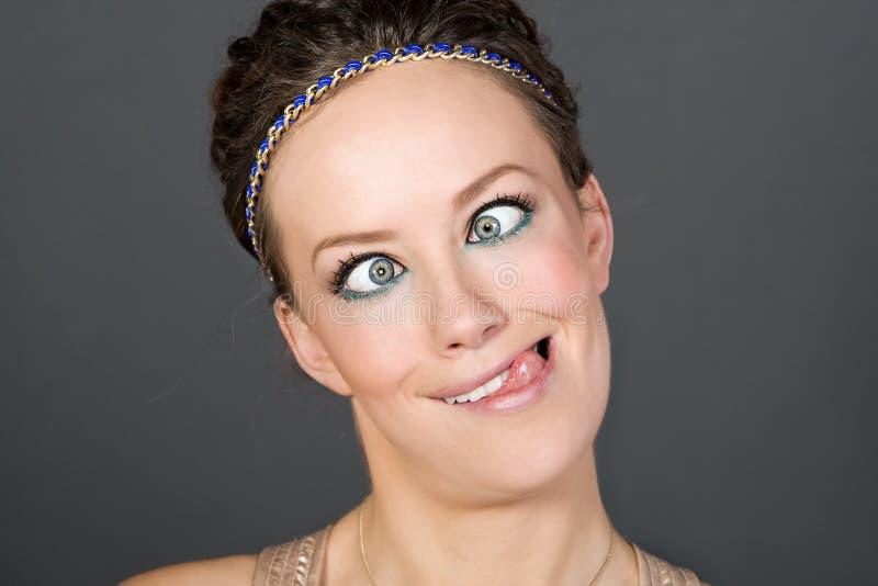 Aantrekkelijk Meisje dat een Dwaas Gezicht trekt royalty-vrije stock fotografie