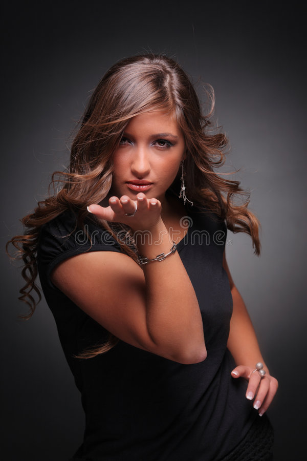 Aantrekkelijk meisje dat een kus blaast royalty-vrije stock afbeeldingen