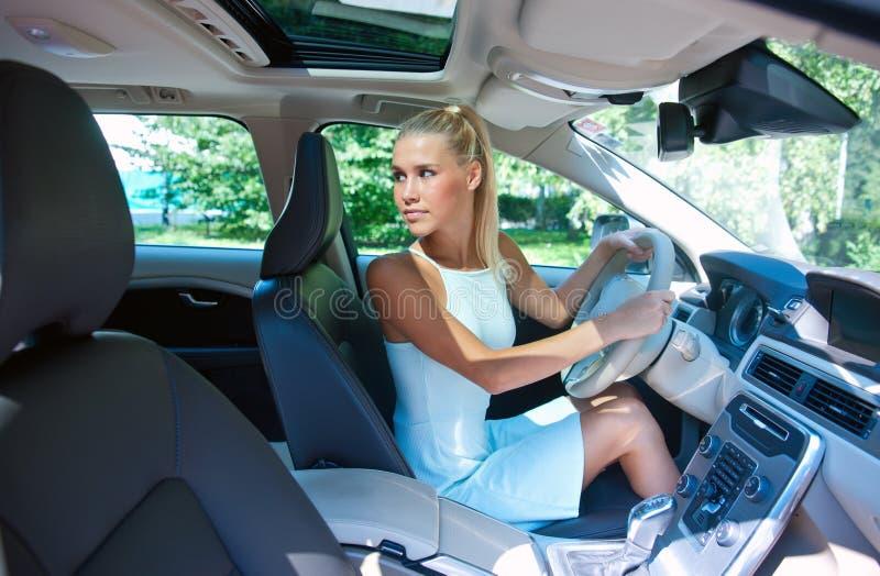 Aantrekkelijk meisje dat haar auto parkeert royalty-vrije stock fotografie