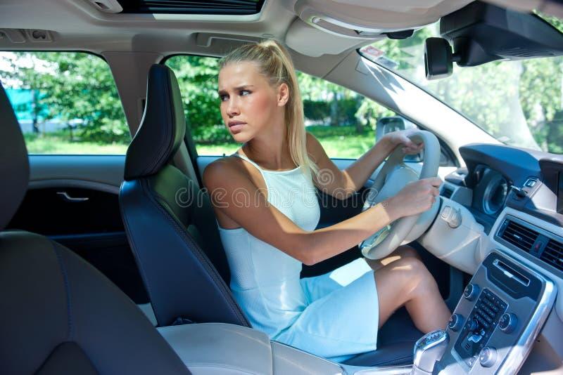 Aantrekkelijk meisje dat haar auto parkeert royalty-vrije stock afbeelding