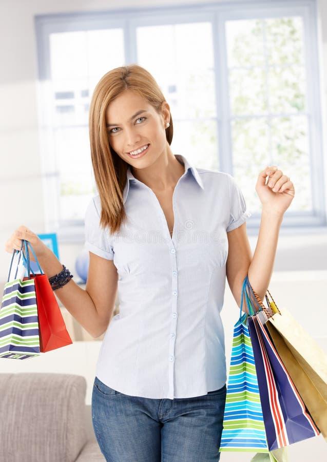 Aantrekkelijk meisje dat van het winkelen het glimlachen aankomt royalty-vrije stock foto