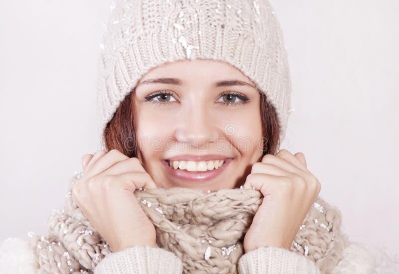 Aantrekkelijk meisje in de winterkleren stock afbeeldingen
