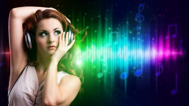 Aantrekkelijk meisje die aan muziek luisteren stock foto