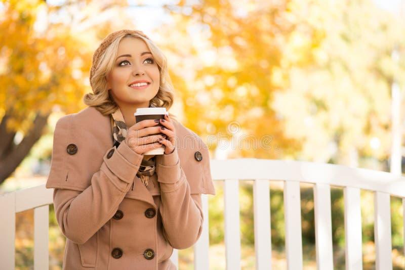 Aantrekkelijk meisje die verfrissing met koffie krijgen royalty-vrije stock foto's