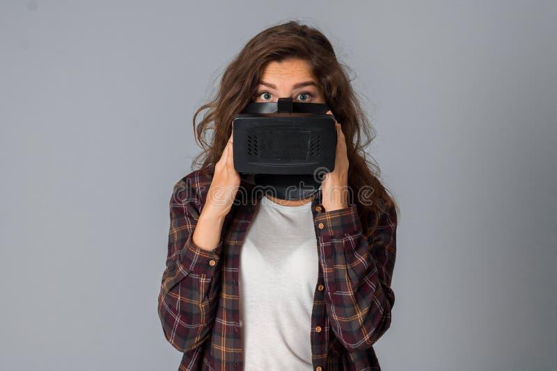 Aantrekkelijk meisje die virtuele werkelijkheidsglazen testen royalty-vrije stock foto's