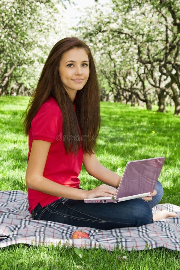 Aantrekkelijk meisje in het park. stock afbeelding