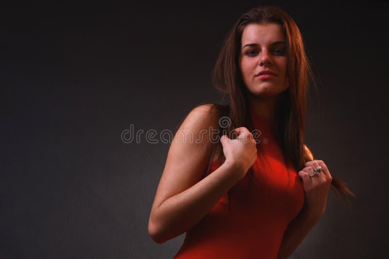 Aantrekkelijk meisje in het zachte licht royalty-vrije stock afbeelding