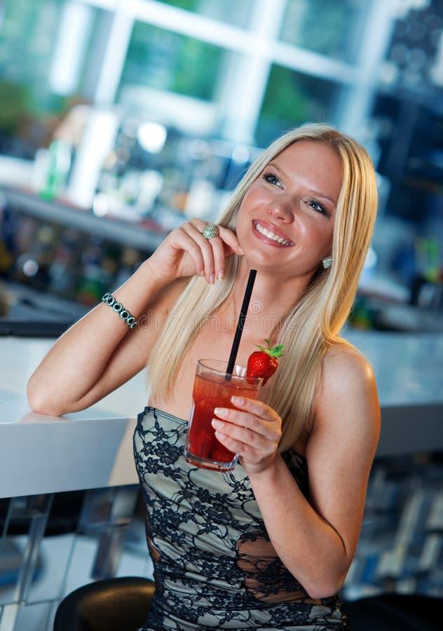 Aantrekkelijk meisje met cocktail stock afbeelding