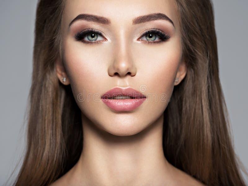 Aantrekkelijk meisje met donkere bruine make-up royalty-vrije stock foto