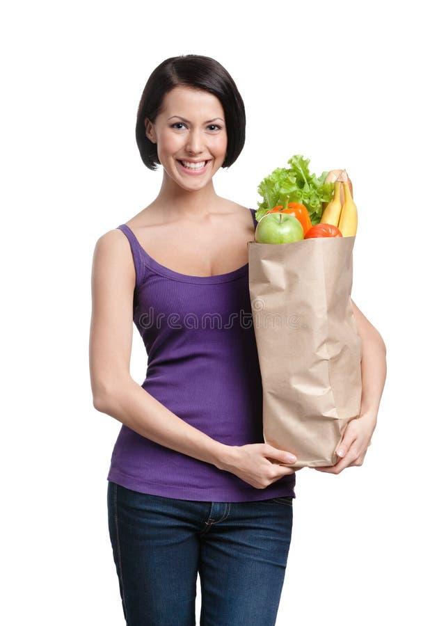 Aantrekkelijk meisje met het pakket vruchten stock afbeelding