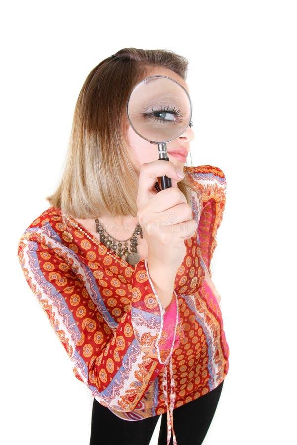 Aantrekkelijk meisje met meer magnifier royalty-vrije stock afbeelding