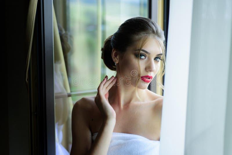 Aantrekkelijk meisje met perfecte huid Sexy vrouw met perfecte make-up Het vrouwelijke concept van het schoonheidsgezicht Mooi stock afbeeldingen