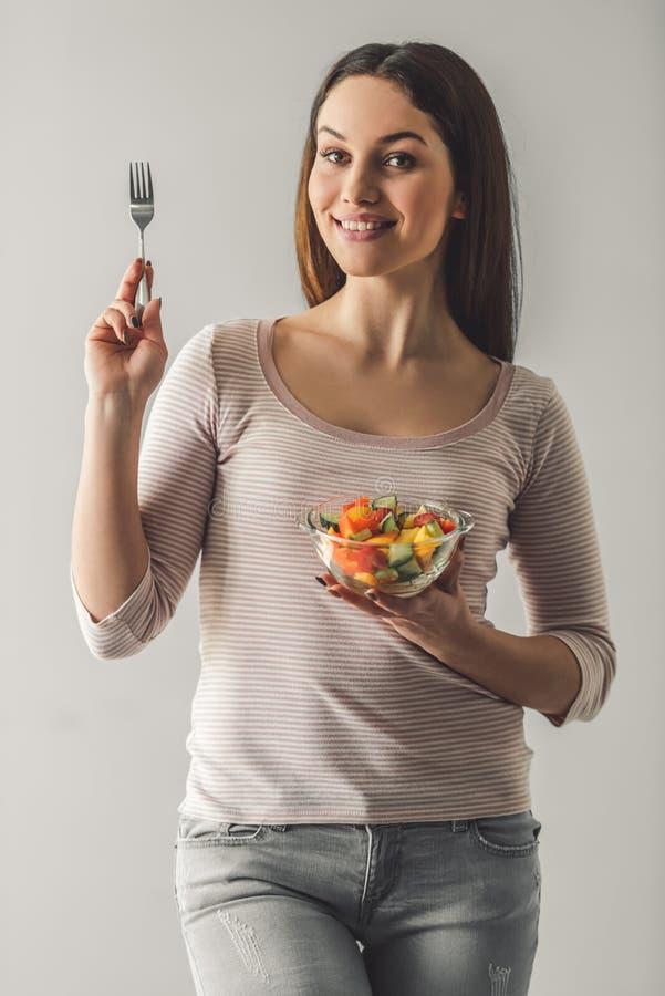 Aantrekkelijk meisje met voedsel stock fotografie