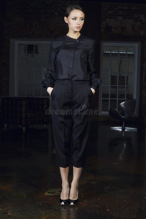 Aantrekkelijk meisje in modieuze kleren royalty-vrije stock foto