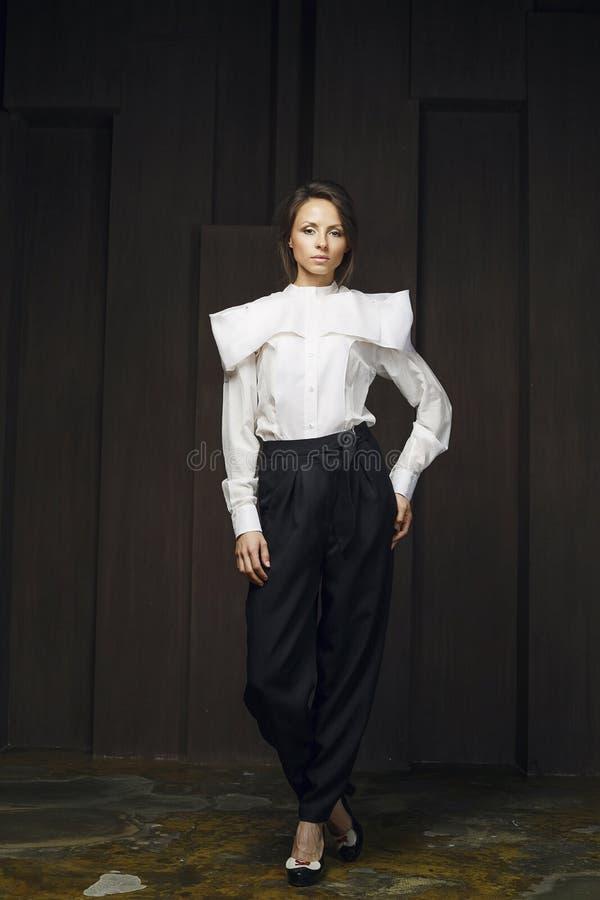 Aantrekkelijk meisje in modieuze kleren stock foto's