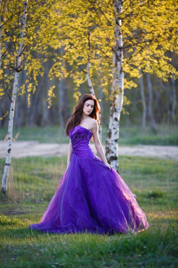 Aantrekkelijk meisje onder de berk royalty-vrije stock foto's