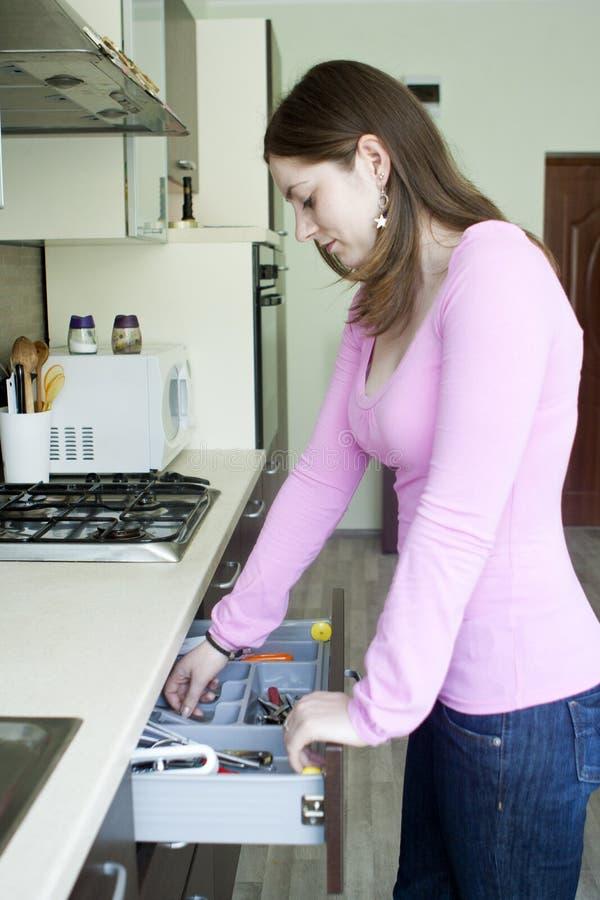 Aantrekkelijk meisje op de keuken royalty-vrije stock afbeelding