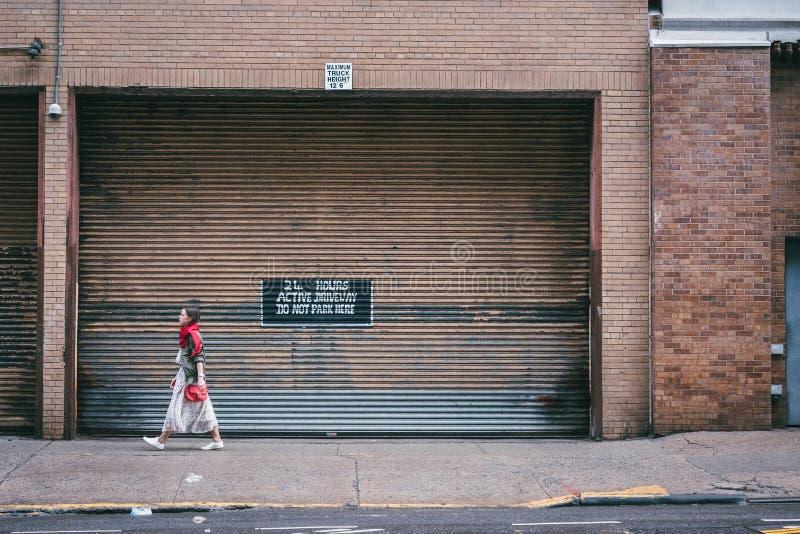 Aantrekkelijk meisje op de straat royalty-vrije stock afbeeldingen