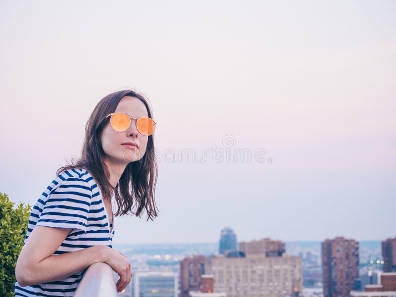 Aantrekkelijk meisje op het dak stock afbeeldingen