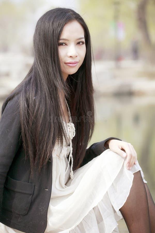 Aantrekkelijk meisje in openlucht stock fotografie