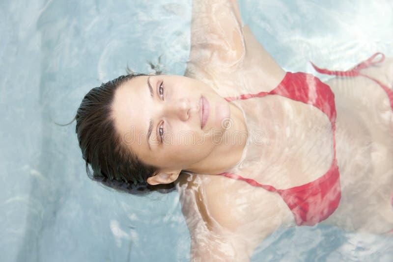 Aantrekkelijk meisje in water royalty-vrije stock foto's