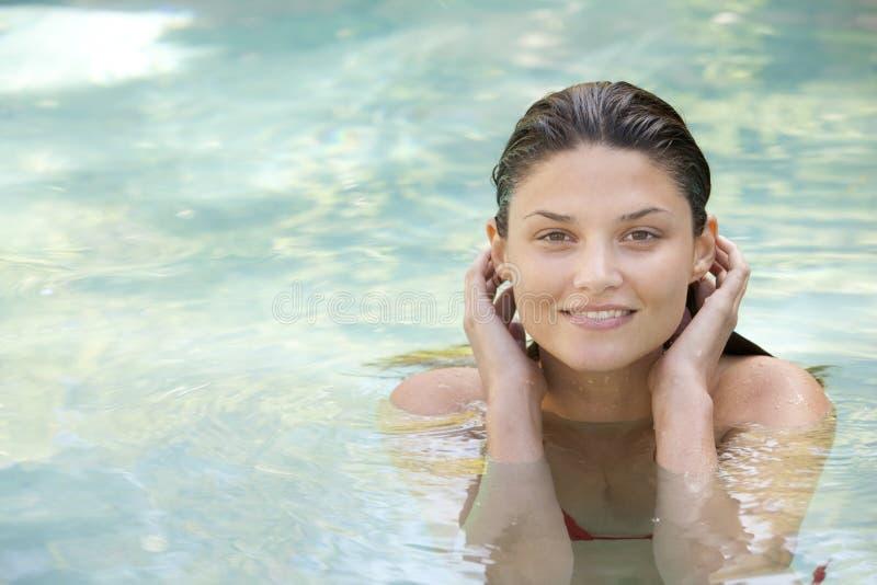 Aantrekkelijk meisje in water royalty-vrije stock afbeelding