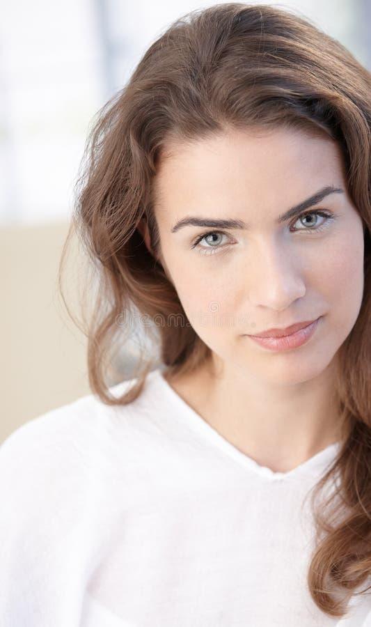 Aantrekkelijk meisje in wit royalty-vrije stock foto