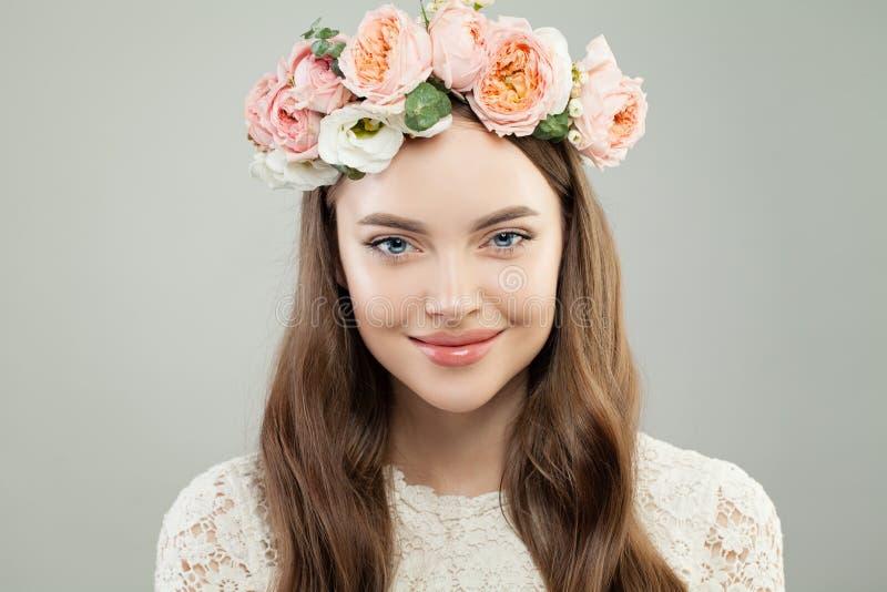 Aantrekkelijk Modelwoman smiling Mooi Meisje met Gezonde Huid, Natuurlijke Make-up en Bloemen stock afbeeldingen