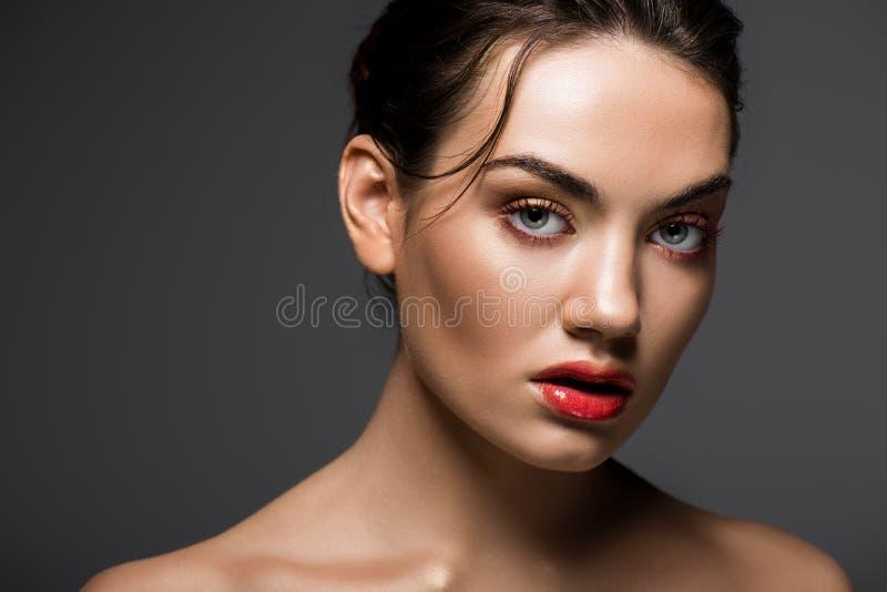 aantrekkelijk modieus meisje met make-up het stellen voor manierspruit royalty-vrije stock afbeeldingen