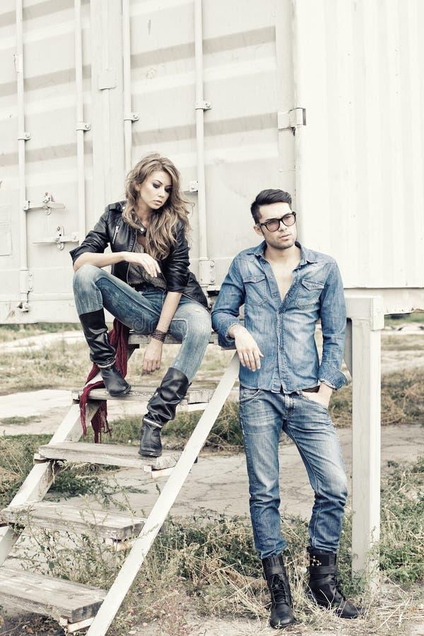 Aantrekkelijk modieus paar dat jeans draagt stock foto's