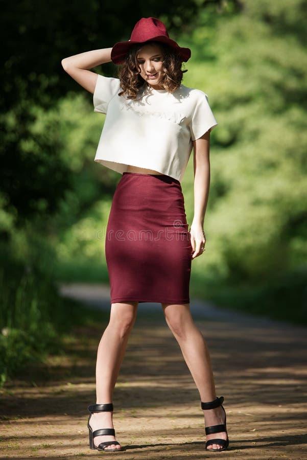 Aantrekkelijk mooi vrouwenportret in het park op een zonnige dag Mooi gelukkig meisje die van aard genieten stock fotografie