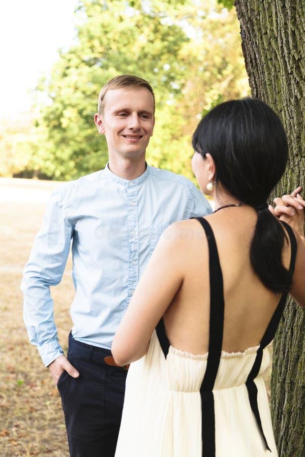Aantrekkelijk multiraciaal paar die in de zomerpark gelukkig lopen stock afbeelding