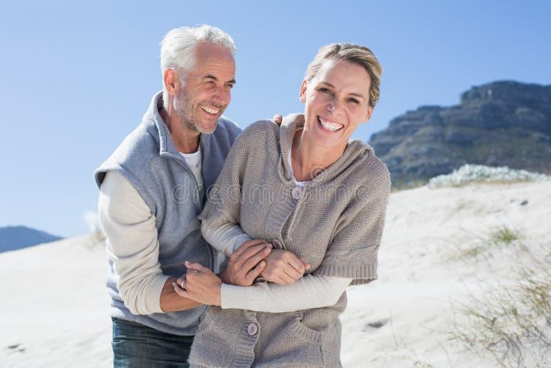 Aantrekkelijk paar dat ongeveer op het strand knoeit royalty-vrije stock afbeeldingen