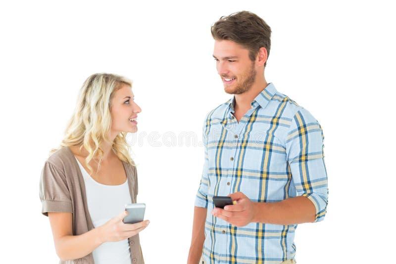 Aantrekkelijk paar die hun smartphones gebruiken royalty-vrije stock foto