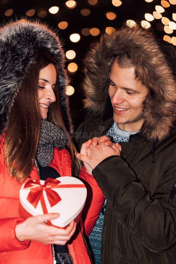Aantrekkelijk paar die in liefde van een vertrouwelijk ogenblik genieten royalty-vrije stock afbeelding