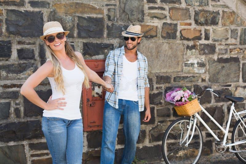 Aantrekkelijk paar die zich met fietsen bevinden stock foto