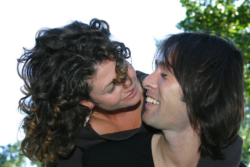 Aantrekkelijk paar in het park royalty-vrije stock foto