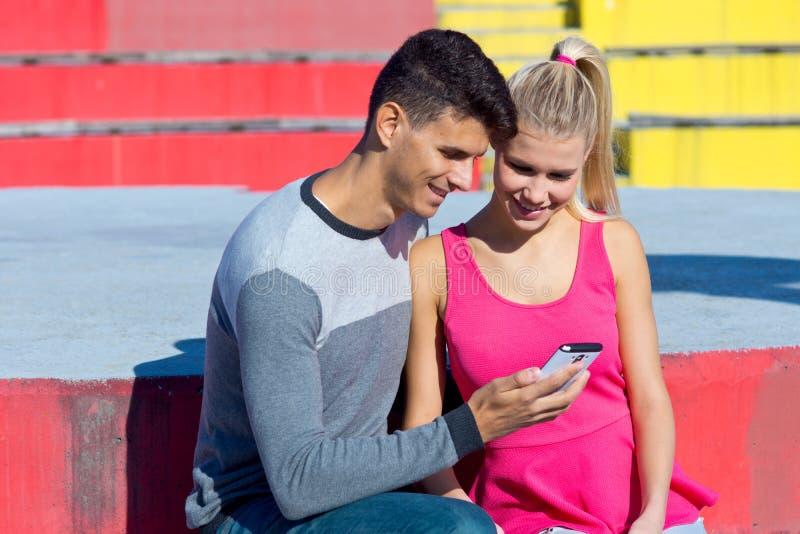 Aantrekkelijk paar met buiten smartphone royalty-vrije stock foto's