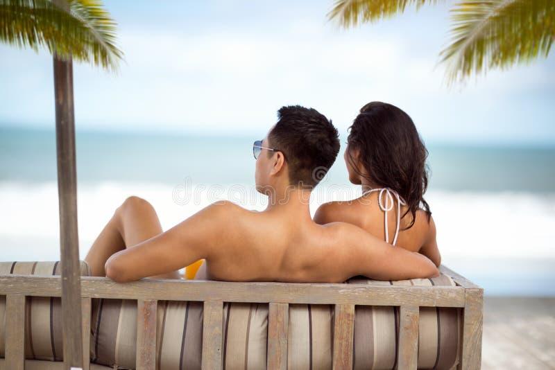 Aantrekkelijk paar op de zomervakantie stock fotografie
