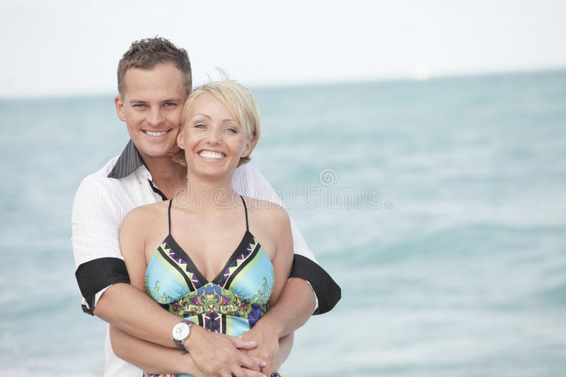 Aantrekkelijk paar op het strand royalty-vrije stock afbeelding